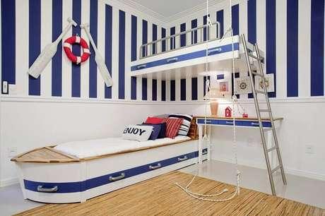 9. Decoração com a temática marinheiro com modelo listrado de papel de parede para quarto infantil