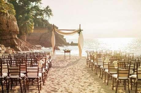 37. Romantismo e simplicidade andam lado a lado quando o assunto é casamento na praia