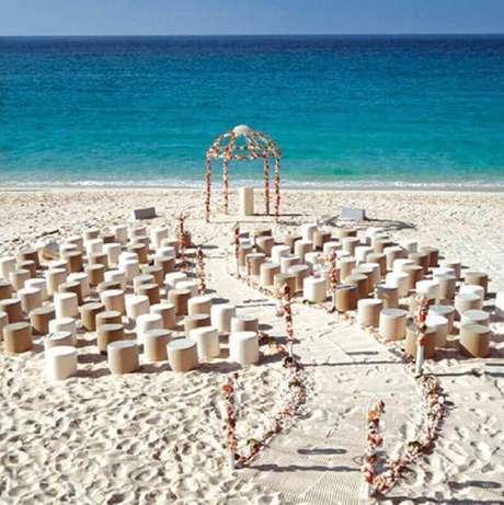 24. Decoração simples para cerimônia de casamento na praia
