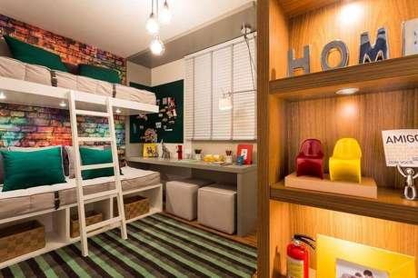 15. Decoração com papel de parede para quarto masculino com estampa de tijolinho e detalhes coloridos.