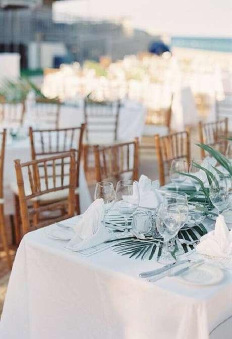 29. Usar folhagem para a decoração da mesa de noivado na praia fica super charmoso