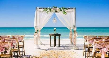 2. O mar funciona como um lindo cenário para as fotos de casamento na praia