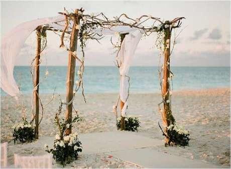 1. A decoração de casamento na praia comumente tem detalhes bem rústicos.
