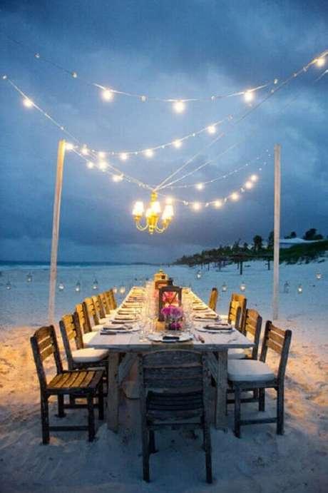 27. Para o casamento noturno na praia é muito importante investir na iluminação
