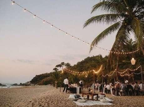 13. Casamento na praia simples com iluminação aconchegante para a recepção