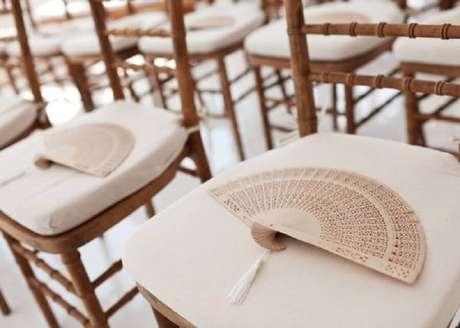 10. O leque é um item muito útil para os convidados durante o noivado na praia