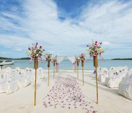 28. Linda e simples decoração de casamento na praia