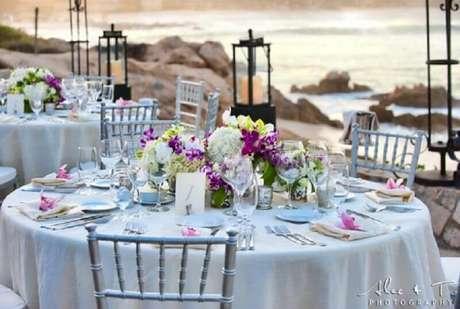 17. Arranjo de flores decorando a mesa de noivado na praia