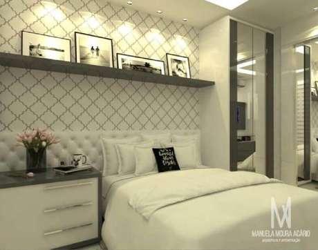 39. É comum casais optarem por papel de parede com tonalidades clean para decorar o quarto de casal