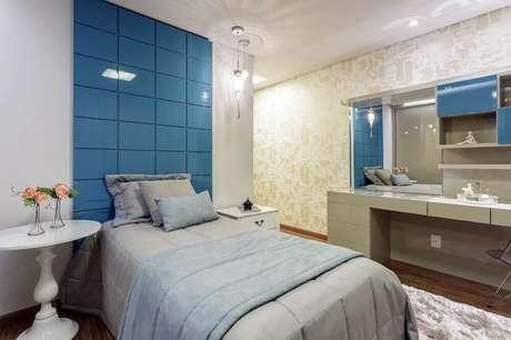 26. Decoração para quarto feminino com cabeceira azul e papel de parede com estampa de sapatos