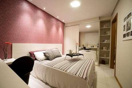 30. O papel de parede em tons de rosa são sempre os mais usados em quartos femininos
