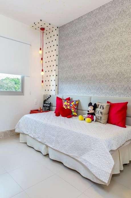 52. Decoração simples com mix de papel de parede para quarto infantil