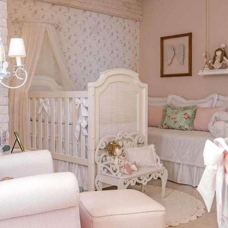 46. O papel de parede para quarto de bebê menina com estampa floral cria um ambiente muito delicado