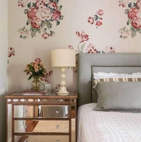 11. Modelo delicado e com ar retrô de papel de parede para quarto feminino