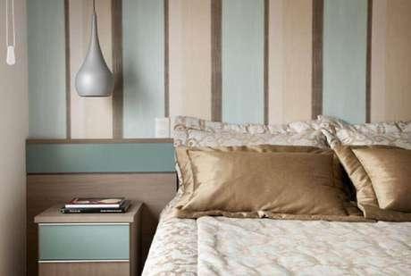 35. Modelo de papel de parede listrado com cores em tom pastel para dar um toque delicado na decoração de quarto feminino