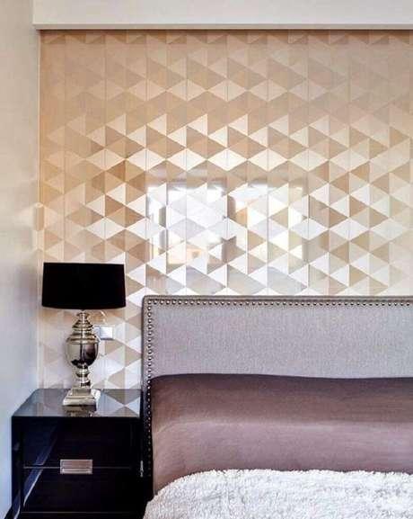 3. Papel de parede para quarto de casal com acabamento metalizado