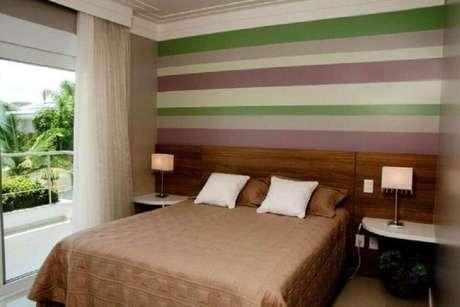 41. Papel de parede com listras coloridas para quarto de casal