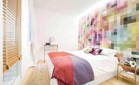 31. O papel de parede com estampa colorida trouxe mais vida ao quarto com decoração clean