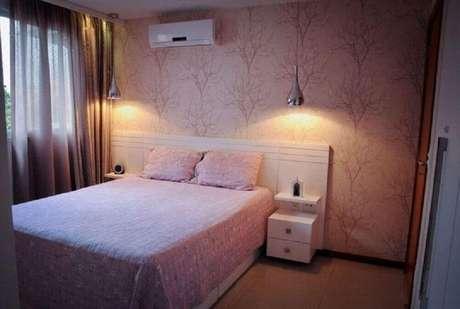 32. Modelo de papel de parede para quarto feminino com fundo rosa e estampa de galhos de árvore seca