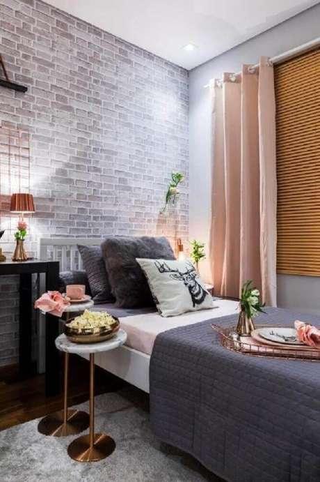 12. Decoração com paleta de cores entre cinza e cobra e papel de parede para quarto feminino com estampa de tijolinho.