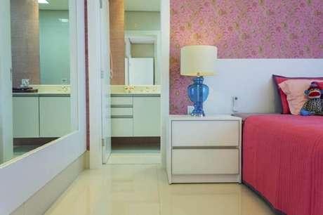 36. Os papéis de parede em tons de rosa são os mais procurados para incrementar a decoração do quarto feminino