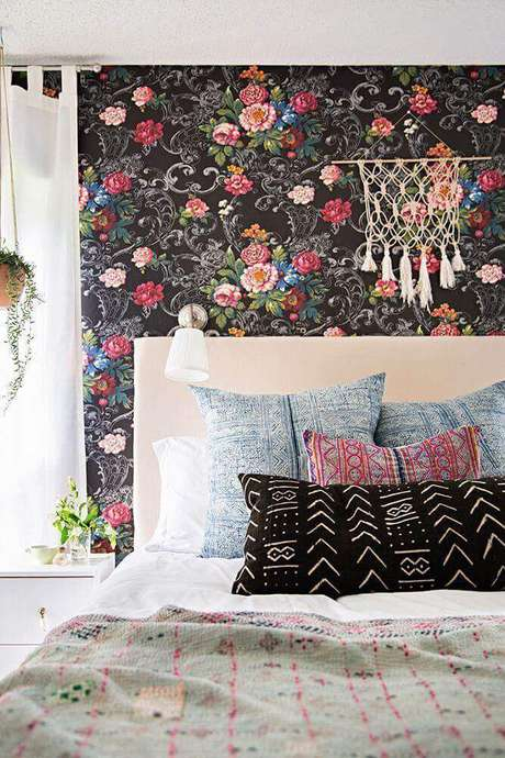 13. Modelo de papel de parede para quarto feminino com estampa floral, mas com o fundo escuro