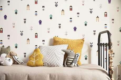 49. Decoração com papel de parede para quarto infantil divertido com estampa de bichinhos