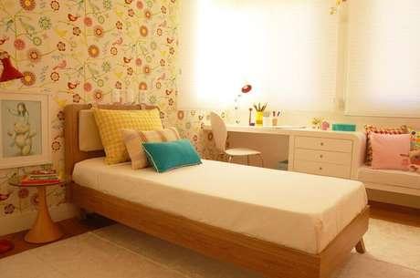 47. Lindo modelo de papel de parede para quarto infantil com estampa de passarinho e flores