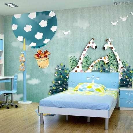 8. Linda decoração lúdica com papel de parede para quarto infantil