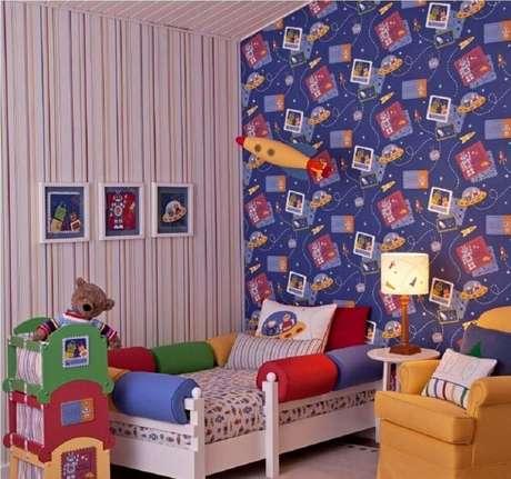10. Combine dois modelos de papel de parede para quarto infantil e deixe o espaço mais divertido.