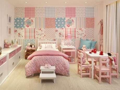 51. Linda decoração com papel de parede para quarto infantil com várias estampas e em tons de rosa