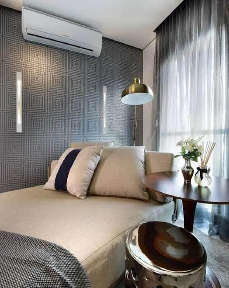 23. Decoração simples e clean para quarto masculino com papel de parede