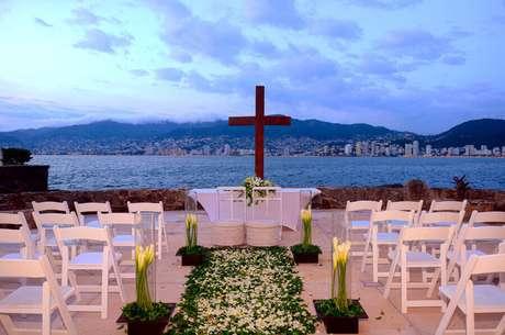 26. Pétalas de rosas podem ser utilizadas para enfeitar o caminho que os noivos percorrem até o altar