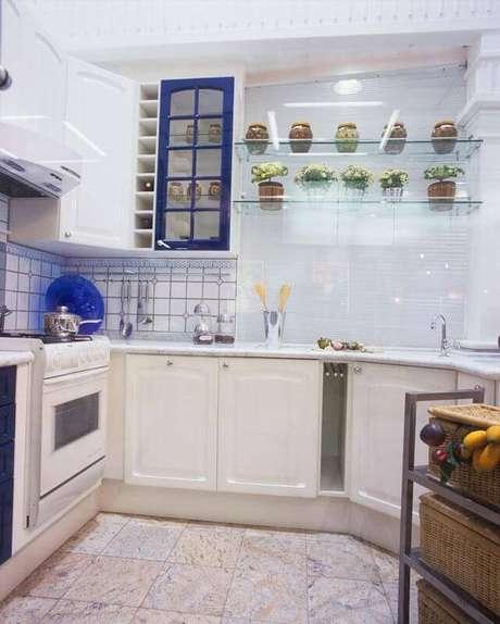 37. Prateleiras de vidro ao lado do armário de cozinha. Projeto de Ana Luisa Previde