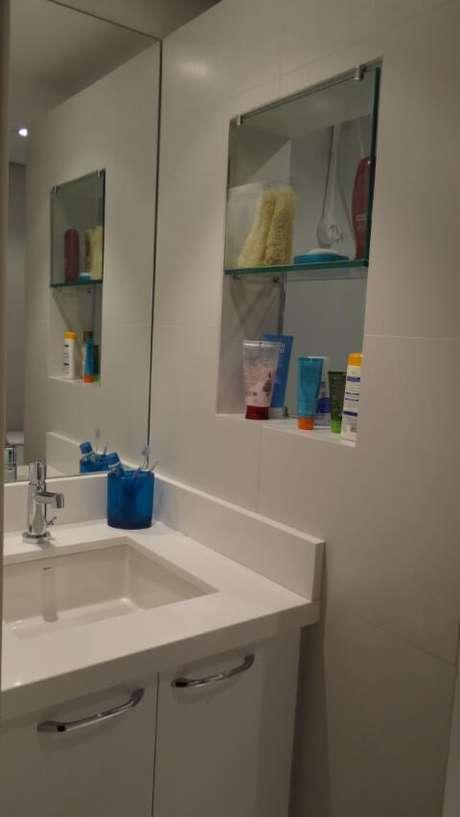 62. Prateleira de vidro ao lado do espelho. Projeto de Juliana Lahoz