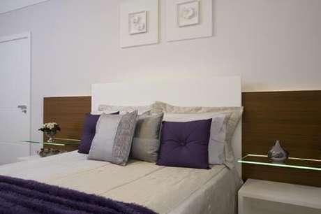 29. Prateleiras aos lados da cama. Projeto de Sandra Sanches