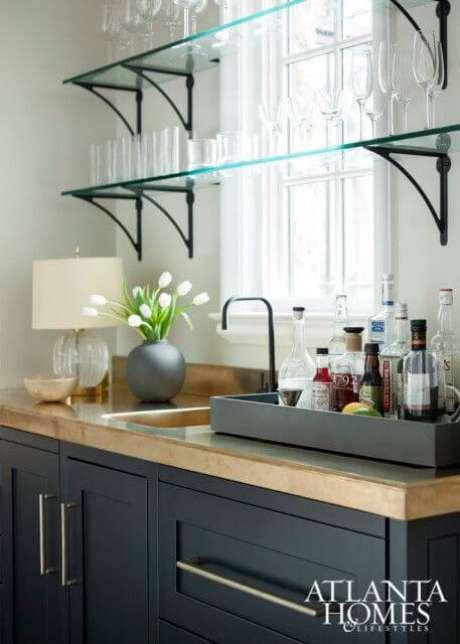 39. Prateleiras de vidro com copos e taças