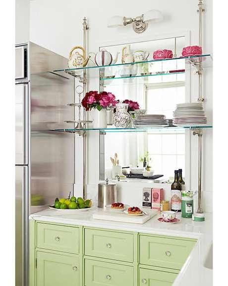 41. Prateleiras de vidro com louças e objetos decorativos