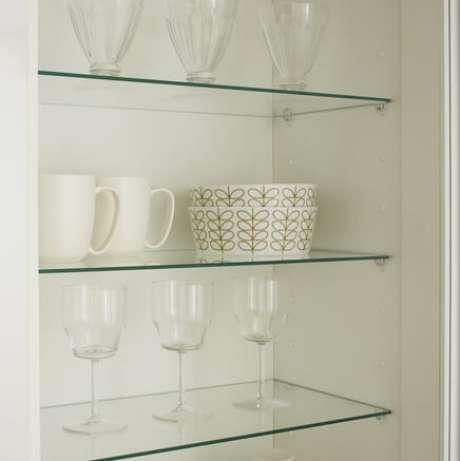 42. Prateleiras de vidro com taças, copos, canecas e potes