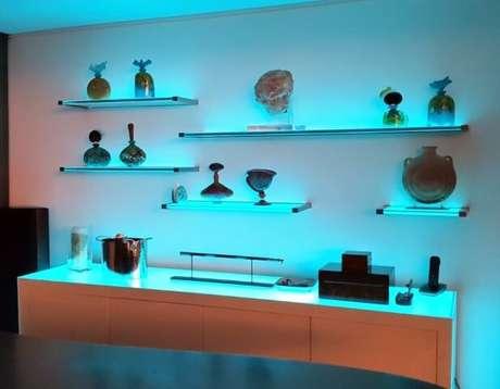 5. Prateleiras de vidro com iluminação embutida combinadas