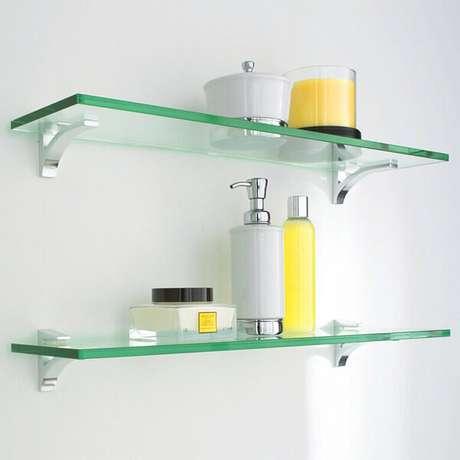 52. Prateleiras de vidro em banheiro