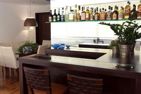 22. Prateleira de vidro com bebidas em bar. Projeto de Lucila Bertoncello