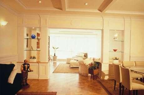 25. Prateleiras de vidro em sala integrada. Projeto de Ana Luisa Previde