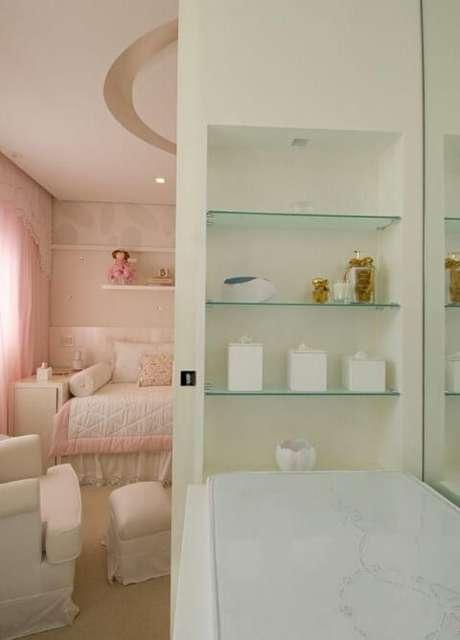 47. Prateleiras de vidro no banheiro da suíte. Projeto de A1 Arquitetura