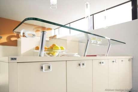 46. Prateleira de vidro sobre balcão
