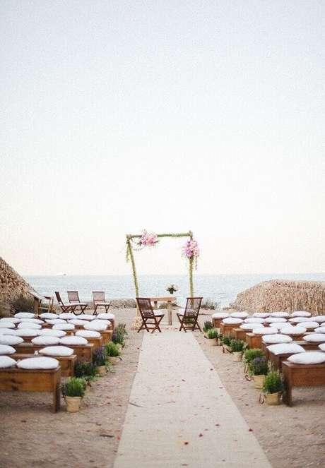 9. As almofadas nos assentos dão mais conforto para os convidados e beleza para o noivado na praia