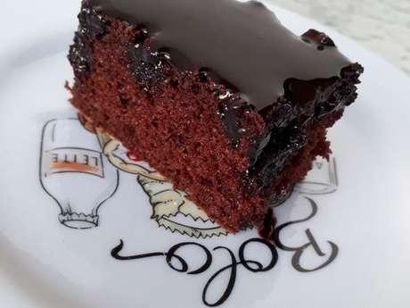 Bolo De Chocolate Molhadinho E Fofinho Com Calda De Chocolate