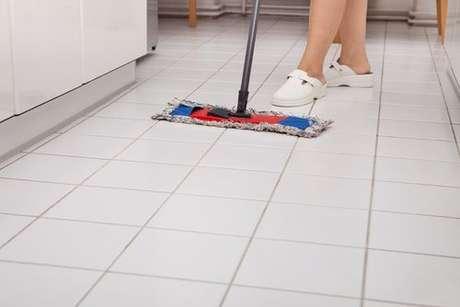 Limpando o chão da cozinha