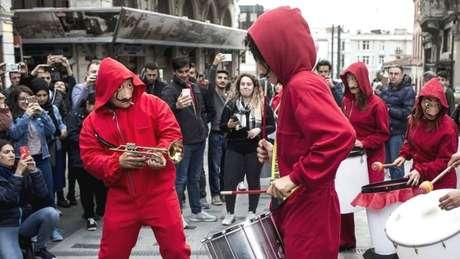 Manifestantes na Turquia usam as máscaras de Salvador Dalí dos personagens de 'La Casa de Papel'