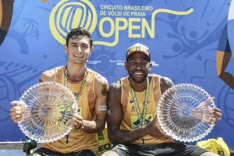 André Stein e Evandro comemoram conquista do Superpraia (Foto: Wander Roberto/Inovafoto/CBV)